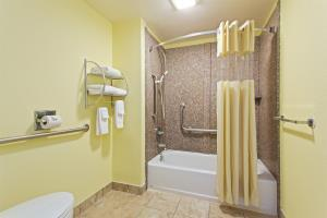 Hotel Baymont Inn & Suites Near Busch Gardens
