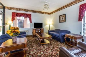 Hotel Econo Lodge Inn, & Suites