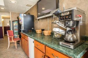 Hotel Rodeway Inn & Suites Near Outlet Mall - Asheville