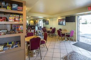 Hotel Econo Lodge Inn & Suites Maingate Central