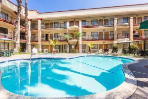 Hotel Clarion Inn & Suites Orange County J Wayne Airport