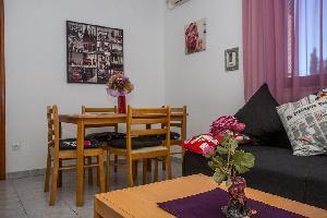 457990) Apartamento En El Centro De Njivice Con Aire Acondicionado, Aparcamiento, Balcón