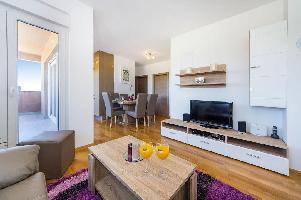 497439) Apartamento En El Centro De Nin Con Internet, Aire Acondicionado, Aparcamiento, Balcón