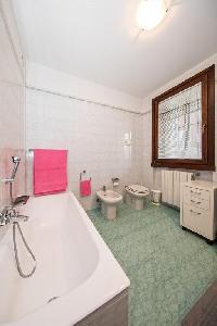 549935) Apartamento En El Centro De Desenzano Del Garda Con Ascensor, Aparcamiento, Terraza, Lavador