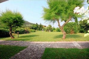 65677) Apartamento A 860 M Del Centro De Garda Con Aparcamiento, Terraza, Jardín, Lavadora