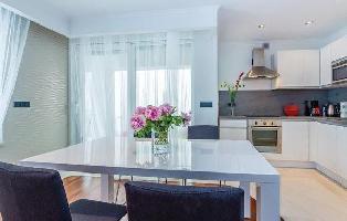 447799) Apartamento En El Centro De Njivice Con Internet, Piscina, Aire Acondicionado, Jardín