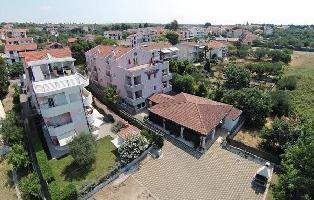 640013) Apartamento En El Centro De Sveti Filip I Jakov Con Internet, Aire Acondicionado, Jardín